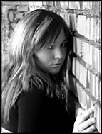 dívka u zdi .... (kousek73)