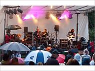 Ulica plná plášťov do dažďa ... (oko-nomada)