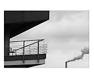 kouřová na balkoně. (shimmell)