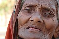 Indie - žebračka z Bodhgaye (lurei)